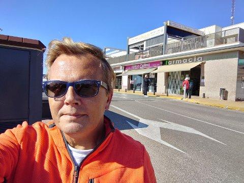 Ken Alvin Jenssen foran matbutikken har har i nærheten av feriehuset i Torrevieja. Her kommer ingen inn uten hansker, og alle bruker munnbind.