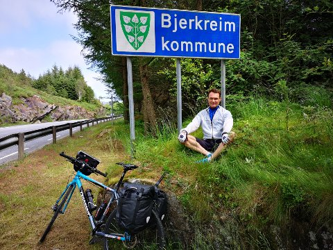 Sykling er Richard Wiiks største lidenskap. På andreplass finner man jakten etter å ta bilde med alle kommuneskiltene i Norge.