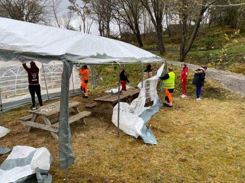 Folk fra Kristiansund kommune og russen tok sammen ned teltet og ryddet i Vanndamman.