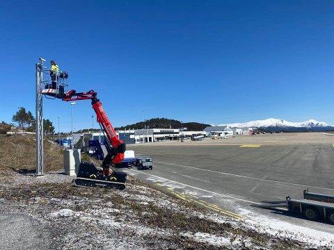 Lunvik leier ut maskiner og utstyr, slik som denne liften som nylig ble brukt for å montere nye overvåkningskamera ved flyplassen i Kristiansund. Lunvik AS fikk 288.093 kroner i tilskudd fra kompensasjonsordningen for april.