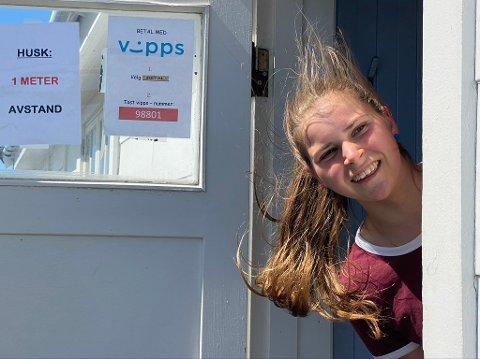 - Husk å få med at folk må holde 1 meter avstand og betale med Vipps, sier Sigrid og stikker hodet ut døra.