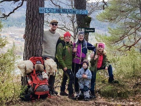 Turfamilie:  Speiderkniv, walkie-talkie og hengekøye er innertiere hos oss, forteller den turglade familien Trollerud. Fra venstre: Yngvar (36), Linn Therese (36), Amalie (13), Emil (3) og Josefine (8). Foto: Privat.