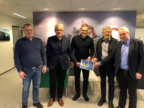 Kontraktsignering. Fra venstre, representanter fra FSV Group: Endre Brekstad (teknisk sjef), Per Olav Myrstad (styreleder) og Arild Aasmyr (daglig leder). Fra høyre, representanter fra Sletta Verft AS: Lars Liabø (styreleder) og Kåre Egil Sletta (daglig leder).