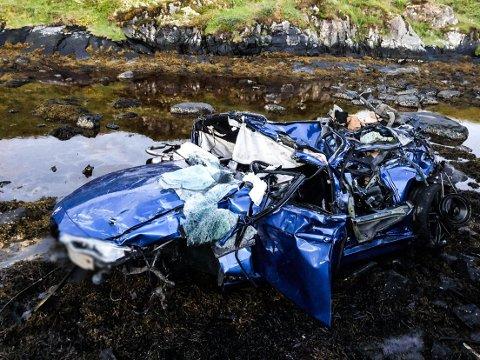 FUNNET PÅ TAKET: Bilen som var involvert i ulykken i Averøy i natt har store materielle skader etter utforkjøringen.  Tipserfoto