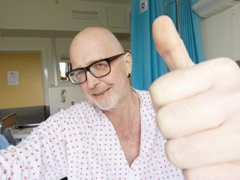 SKRYTER AV HELSEVESENET: Fra sengen på Molde sykehus viser Kjell Ove Holsbøvåg tommelen opp for norsk helsevesen.