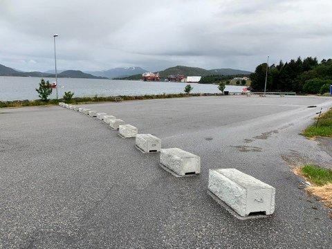 Averøy Venstre vil åpne for bobilparkering på Bremsnes i sommer. Slik ser det ut der i dag.