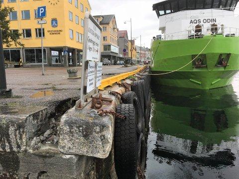 En stor steinblokk har løsnet og ligger «på vippen» på Vågekaia i Kristiansund.