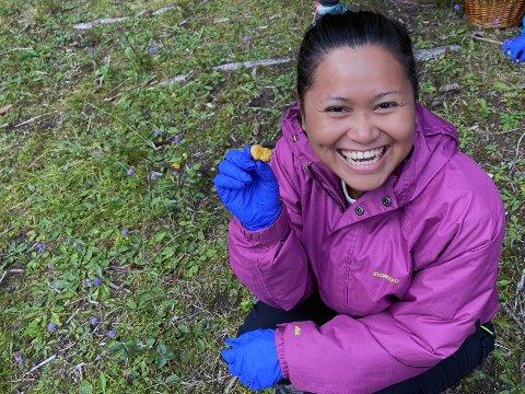 Micharee hylte begeistret og smilte bredt da hun fant sin første kantarell på soppkurset.