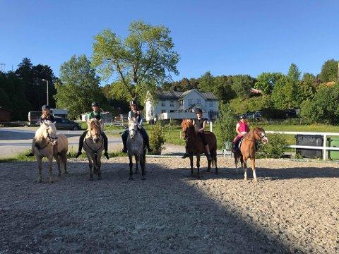 Glade ryttere på hestesportsenteret. Fra høyre Stella Marie Betten Solbakken, Anna-Oline Betten Hansen, Emma Alexandra Betten, Ida Mari Betten og Oda Røkkum-Nergaard.