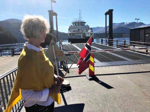 Fylkesordfører Tove-Lise Torve på kaia idet «Stangvikfjord» går inn i rutetrafikken på Kvanne–Rykkjem.