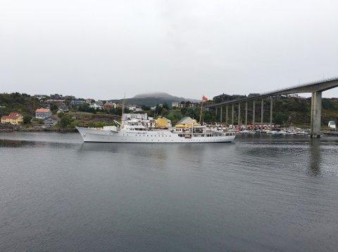 Kongeskipet på vei inn Sørsundet tirsdag formiddag.