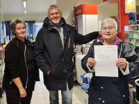 Mens avisa snakket med Ingrid Løvold (til venstre) hos Bunnpris, hentet Kari Dale og Harald Vebenstad dagens post. Da fikk de brev fra Posten om at Posten snur om og vil levere posten i kassene deres.