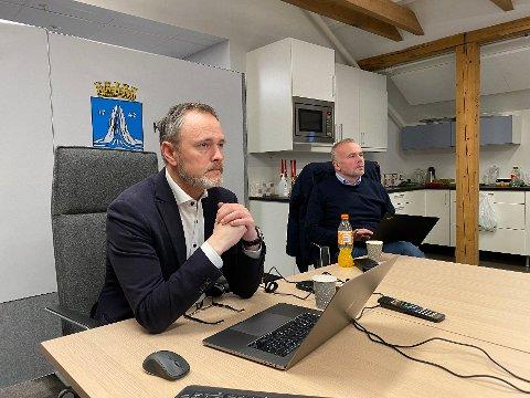Rådmann Arne Ingebrigtsen, ordfører Kjell Neergaard og resten av kriseledelsen viderefører strenge lokale vedtak i ytterligere en uke.