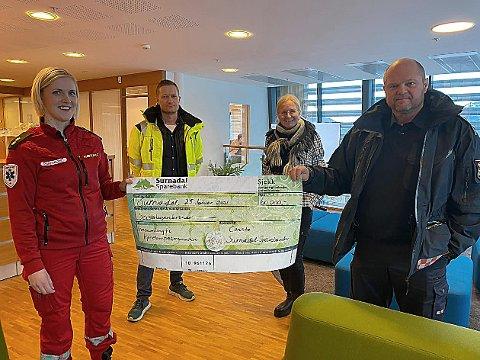 STORSJEKK: Linda Kvande (til venstre) og Tor Arne Moen (til høyre) med den store sjekken på 60.000 kroner som Consto-sjef Anders Grimsmo (bak til venstre) og Liv Dalsegg i Surnadal Sparebank overleverte mandag.