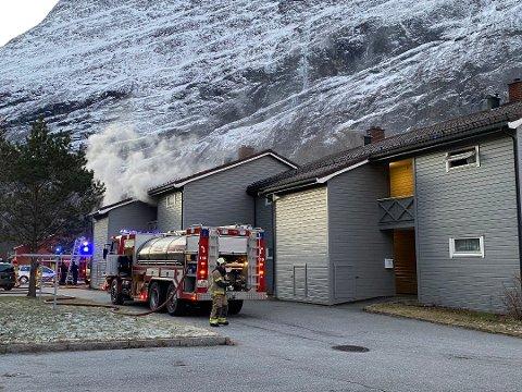 BRANN: Brannvesenet rykket mandag formiddag ut til en boligbrann i Sunndal.