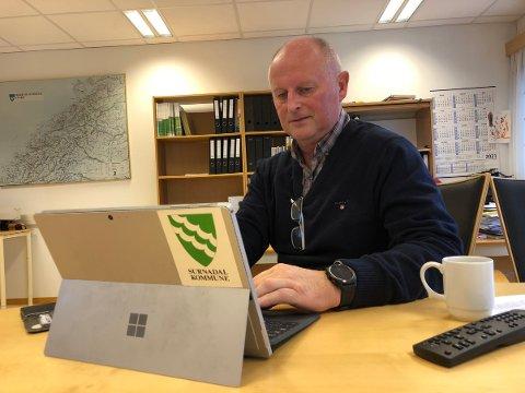 POSITIVT: Kommunedirektør Knut Haugen i Surnadal er glad for at kommunen får en brukbar vekst i de frie inntektene til neste år. – Økningen balanserer pris- og lønnsveksten, men vi må fremdeles finne innsparinger på cirka ti millioner kroner, sier Haugen.