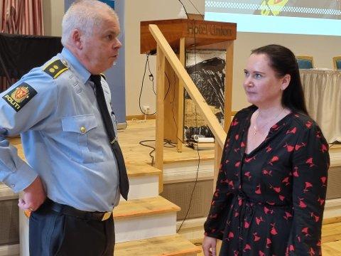 Politikontakt Hans-Eirik Pettersen i samtale med Høyrepolitikeren Monica Molvær, som satte trakasseringen av politikere på dagsorden.