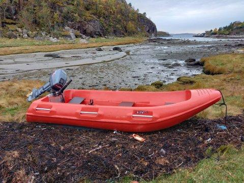 Politiet ber eieren av denne båten om å ta kontakt.