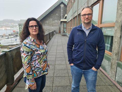 Ingunn Strand og Askill Sandvik er i gang med å planlegge det omfattende arbeidet for koronavaksinering med dose 3 og influensavaksinering.