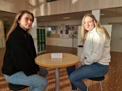 Rikke Pettersen (til venstre) og Ester Hermansen Brende i elevrådet på Atlanten videregående skole mener det mest rettferdige er å avlyse vårens skriftlige eksamen. Nå er de hørt av regjeringen.