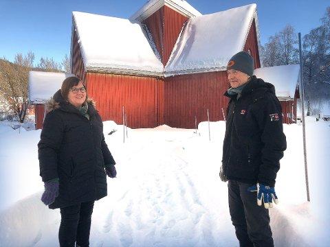 SNART I GANG: Kirkeverge Ingeborg Nordlund og byggeleder Arild Bjarkø sier at restaureringen av Y-kirken i Øvre Surnadal snart kommer i gang. Arbeiedet kostnadsberegnet til 1,2 millioner kroner skal utføres de kommende månedene.