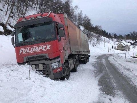 Tidens Kravs journalist som kjørte forbi stedet traileren kjørte av veien, beskriver forholdene som «vinterføre, men ikke glatt».