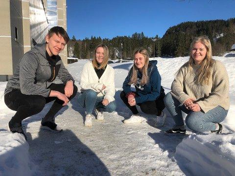 UT I VERDEN: Eskil Halle, Mathilde Blokhus Vikan, Hilde Næss og Sigrid Ranes Wahl er ferdige med videregående skole til sommeren. De velger ulik vei ut i den store verden, men er enig om at målet er å komme tilbake til hjembygda Surnadal etter endt utdanning.