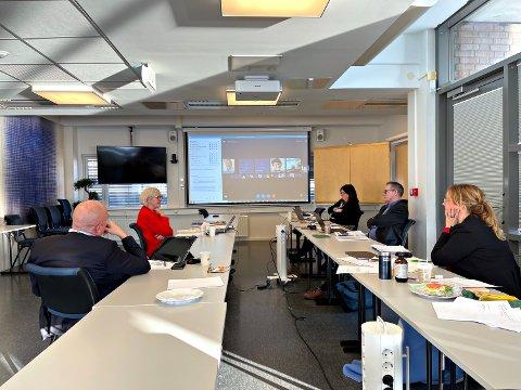 Styret i Helse Midt-Norge vedtok i går ny inntektsmodell for helseforetakene i sin region. Fra venstre adm.dir. Stig Slørdahl, øk.dir. Anne-Marie Barane, styresekretær Rita B. Holand, eierdirektør Nils Kvernmo og styreleder Tina Steinsvik Sund.