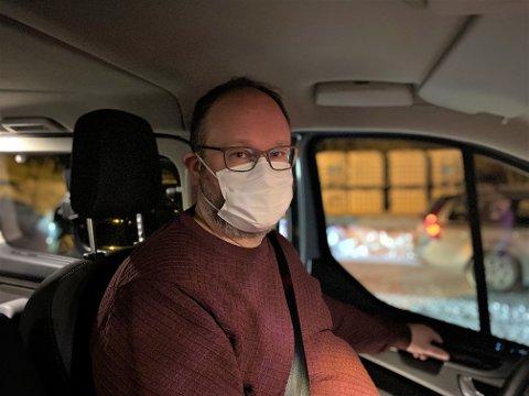 Kommunikasjonssjef i Kristiansund kommune, Tore Lyngvær, hjelper til med å kjøre eldre hjemmeboende gjennom drive-through vaksineringen i Ello-bygget.