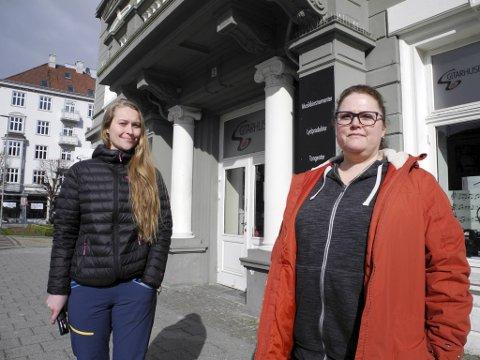 Maria Knoph (35) og Ingunn Ripe (47) fikk ikke handle på Gitarhuset uten munnbind, og ble bedt om å gå. – Vi føler det truende når folk nekter å bruke munnbind, sier daglig leder Thorbjørn Roll.
