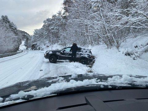 Her sa det stopp for en av bilene som kjørte opp Kvalvågbakken torsdag morgen. Lengre opp i bakken fikk Brøytebilen stopp.