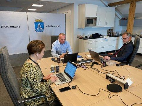 Bystyret den 20. mai vil bli avviklet på teams. Toril Skram (fra venstre), Kjell Neergaard og Arne Ingebrigtsen ledet det forrige bystyremøtet den 15. april .