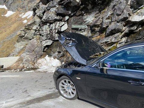 En stein gikk rett gjennom panseret på denne bilen som kjørte i Trollstigen.