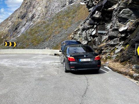 Bilen ble truffet rett ved Kjelstadsvingen i Trollstigen.