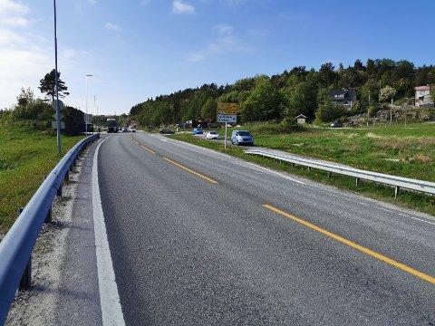 Det har oppstått enorme køer i forbindelse med ulykken ved Byskogen. Rundt klokka 17 begynte man å dirigere trafikk forbi på gang- og sykkelstien.