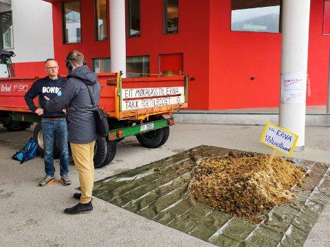 Etter bruddet i jordbruksoppgjøret har Bondelaget holdt aksjoner flere steder. I Førde i Sunnfjord tømte Vestland Bondelag en haug med møkk utenfor rådhuset. Til v. leder Anders Felde i Vestland Bondelag.
