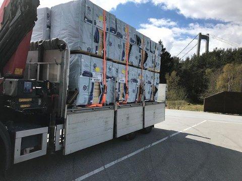 – Lasten på denne lastebilen var bare sikret halvparten av kravet, sier Leif Jarle Bergseth. Han er fagleder utekontroll i Statens vegvesen Møre og Romsdal.