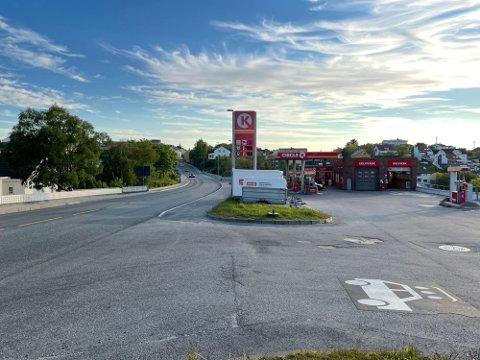 Det var i løpet av fire kveldstimer onsdag 2. juni at utrykningspolitiet (UP) gjennomførte fartskontroll på riksveg 70 ved Circle K på Viadukten i Kristiansund – med nedslående resultat. Nå oppheves 55 forenklede forelegg og tre førerkortbeslag.