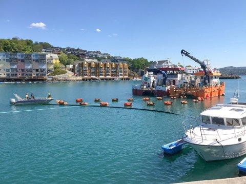 KABELLEGGING: Her ser vi arbeidsbåtene «Athena» fra Norsk Havneservice og «Fosna» fra Abyss jobbe med å legge tre nye strømkabler i Markussundet.