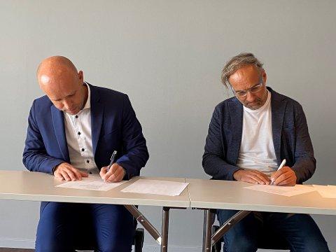 Signeringen skjedde onsdag i Molde. Adm. Dir. i Helse Møre og Romsdal Øyvind Bakke (til venstre) og konsernsjef i HENT Jan K. Jahren.