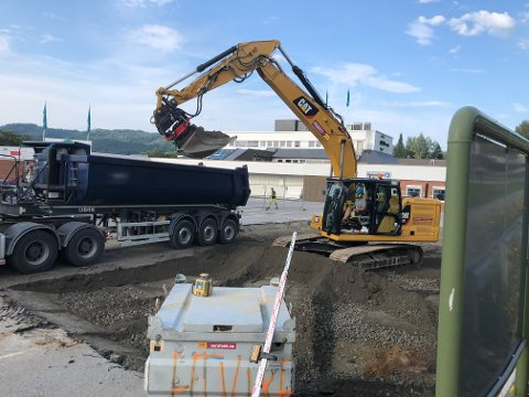 BYGGING: Det bygges nye ladestasjoner for elbiler og en ny drivstoffpumpe ved Amfi Surnadal.