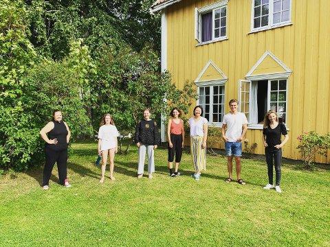 Her er sommerens deltagere. Fra venstre: Kaia Rullestad Teigen, Mathilde Lundbæk Davis, Therese Schoder-Larsen, Oda Frigg Endregaard, Marte Arnesen og Nils Arne Halle Erstad, i tillegg til teater- og dramapedagog Linn Christine Wennersten.
