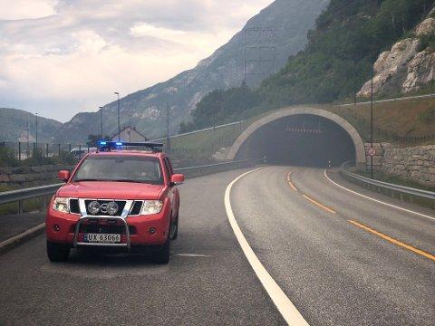 Det kommer røyk ut av åpningen mot Sunndalsøra av Oppdølsstrandtunnelen etter en bil fikk stopp inne i tunnelen fredag ettermiddag. Tunnelen er stengt inntil videre.