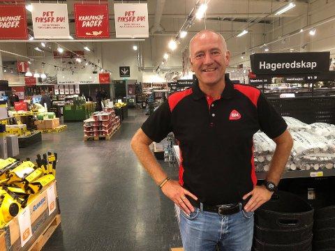 BYTTE: Stig Morten Gjørsvik blir snart ny butikksjef hos Byggmakker Surnadal. Han kommer fra skoleverket der han har 25 års fartstid. – Jeg gleder meg stort, men kjenner at det kribler litt i magen, sier Gjørsvik.