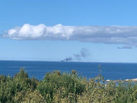 Røyken fra brannen på Smøla kan sees helt fra Kristiansund.