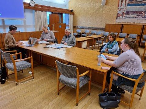 Kjersti Støen (Sp) sin stol i kontrollutvalget sto tom onsdag. Fra venstre Monica Steen (H), kontrollsekretær Knut Evandt, Terje Fevåg (Ap), Unni Garberg (Ap) og Inger Johanne Ohrvik (NML).