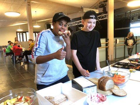 TOMMEL OPP!: Jawad Amer Osman og Mathias Rambø Jonsen er enige om at skolelunsj er veldig bra. – Da får vi god og sunn mat, og vi slipper å bruke tid på matpakke før vi drar til skolen, sier de to 12-åringene.