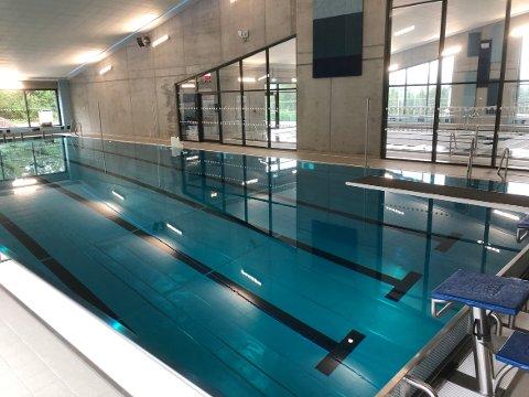 UTGIFT: Svømmehallen i Halsa med sine to basseng koster Heim kommune 3,4 millioner kroner i året i driftsutgifter og kostnader til avdrag på lån.