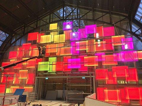Prosjektet er et samarbeid mellom Kreativ Plast AS fra Nøtterøy og ÅF Lighting. Det lokale firmaet har levert alt det fysiske til prosjektet av plexiglass, RGB LED og jernrammer. Mens ÅF Lightning har stått for lysdesignet.