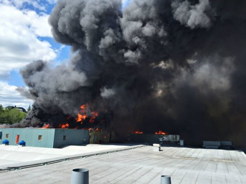 Brannen spredte seg fort på taket torsdag ettermiddag.